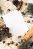 Zu Liste mit Weihnachtsdekorationen tun Stockbild