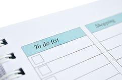 Zu Liste und das Einkaufen auf einem Notizbuch tun Lizenzfreie Stockfotografie