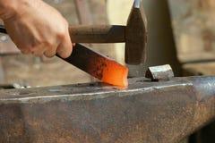 Zu Man muss das Eisen schmieden, solange es heiß ist Stockfoto