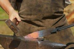 Zu Man muss das Eisen schmieden, solange es heiß ist Stockbild