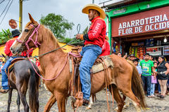 Zu Pferde Cowboyfahrt im Dorf, Guatemala Lizenzfreie Stockfotos