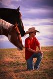 Zu unter Pferden sitzen Stockbild