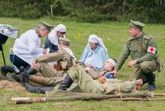 Zu verletzten Soldaten helfen Lizenzfreie Stockfotos