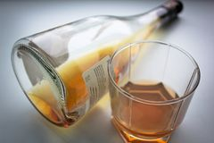 Zu viel, zum - von Alkoholsucht zu trinken Lizenzfreies Stockfoto