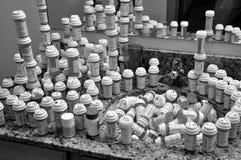 Zu viele Tablettenfläschchen stockfotografie