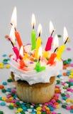 Zu vieler Kerze-kleiner Kuchen Stockfotos