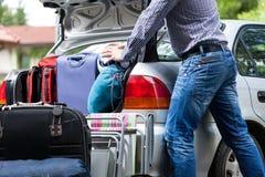 Zu wenig Autokofferraum für Gepäck Stockfotografie