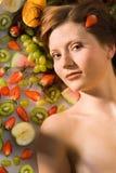 Zu zwischen Früchten liegen Stockbilder