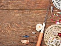 Zubehör für die Fischerei auf dem Hintergrund des Holzes Stockfotos
