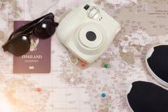 Zubehör für Reise, Sonnenbrille, Schuhe, Pass und Kamera C stockfotografie