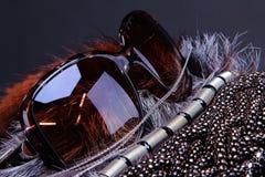 Zubehör und Sonnegläser auf Pelz Stockfoto
