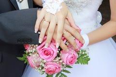 Zubehörhände auf einem Hochzeitsblumenstrauß Lizenzfreies Stockbild
