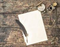 Zubehörweinlese des offenen Buches und des Antikenschreibens Stockbilder