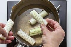 Zubereitung der geschnittenen Zwiebel für das Kochen in der Küche stockfoto