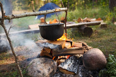 Zubereitung der Nahrung auf Lagerfeuer Stockbilder