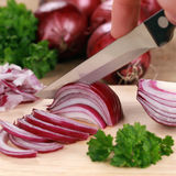 Zubereitung der Nahrung: Schnitt einer roten Zwiebel Lizenzfreies Stockbild