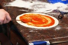 Zubereitung der Pizza Lizenzfreie Stockbilder