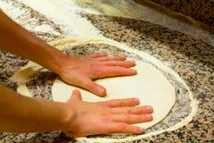 Zubereitung der Pizza Lizenzfreie Stockfotografie