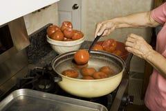 Zubereitung der Tomaten für das Einmachen. Lizenzfreies Stockfoto
