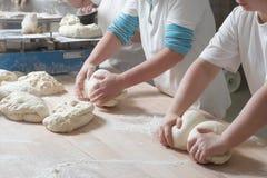 Zubereitung des Brotes Lizenzfreie Stockfotografie