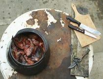 Zubereitung des Fischeintopfgerichts Lizenzfreie Stockbilder