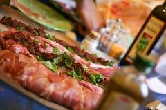 Zubereitung des Fleisches für Abendessen Stockfoto