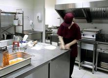 Zubereitung des Gebäcks in einer Gaststätteküche lizenzfreie stockfotografie