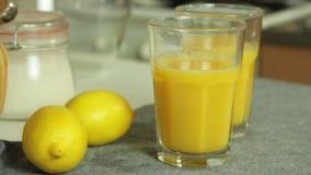 Zubereitung des Gelees f?r Schokoladencreme mit orange Gelee stock footage