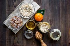 Zubereitung des gesunden Frühstücks mit Orangen auf dunklem copyspace Draufsicht des Holztischs Stockbilder
