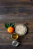 Zubereitung des gesunden Frühstücks mit Orangen auf dunklem copyspace Draufsicht des Holztischs Lizenzfreie Stockfotos