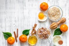 Zubereitung des gesunden Frühstücks mit Orangen auf hellem copyspace Draufsicht des Holztischs Stockfotografie