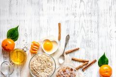 Zubereitung des gesunden Frühstücks mit Orangen auf hellem copyspace Draufsicht des Holztischs Lizenzfreie Stockbilder