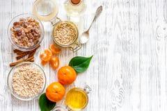 Zubereitung des gesunden Frühstücks mit Orangen auf hellem copyspace Draufsicht des Holztischs Lizenzfreies Stockbild