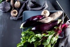 Zubereitung des gesunden Lebensmittels mit Rote-Bete-Wurzeln Lizenzfreie Stockfotos