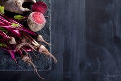 Zubereitung des gesunden, vegetarischen Lebensmittels mit Rote-Bete-Wurzeln Stockfoto