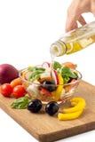 Zubereitung des griechischen Salats mit Olive Stockfotografie