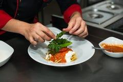 Zubereitung des Lebensmittels, das Türkische Cokertme Kebabi Stockfoto