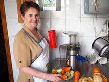 Zubereitung des Safts von den frischen Obst und Gem?se von stockbilder