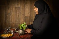 Zubereitung des Tees für Ramadan Stockfoto
