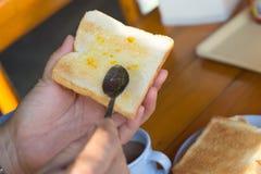 Zubereitung des Toasts mit Stau zum Frühstück stockfotos
