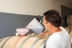 Zubereitung des Weins Stockbild