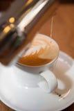 Zubereitung eine Schale Cappuccino - coffiecup Lizenzfreies Stockfoto