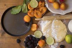 Zubereitung einer Fruchttorte stockfoto
