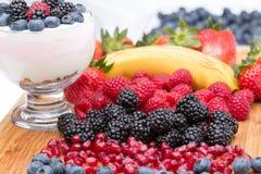 Zubereitung eines köstlichen sahnigen Fruchtnachtischs Stockbild