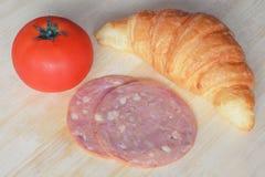 Zubereitung Hörnchen und Schinken für das Kochen des Sandwiches Lizenzfreie Stockfotos
