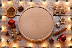 Zubereitung Nahrung während des Weihnachten und der Ferienzeit - mit Kopienraum auf hölzerner Platte stockfoto