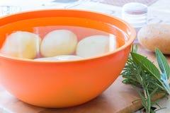 Zubereitung von Bratenkartoffeln lizenzfreie stockfotografie