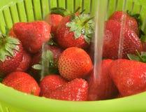 Zubereitung von Erdbeeren für Stau oder Kompott Lizenzfreie Stockfotos