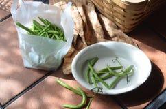 Zubereitung von frischen grünen Bohnen auf Tabelle im Freien Lizenzfreies Stockbild