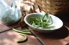 Zubereitung von frischen grünen Bohnen auf Tabelle im Freien Stockfotos